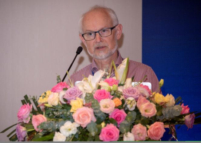 诺贝尔奖物理、化学和经济学评奖委员会主席、瑞典皇家科学院主席Dan Larhammar教授做开场报告。